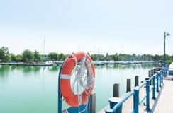 Rettungsring - Notausrüstung im Seehafen Stockbilder