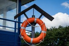 Rettungsring verschob auf dem Griff an der Plattform Rettungsring acces Lizenzfreies Stockfoto