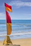 Rettungsschwimmenflagge auf dem Strand Lizenzfreie Stockfotografie