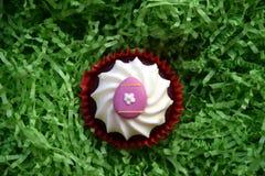 Returnera den gjorda easter muffin som dekoreras med det easter ägget Royaltyfri Bild