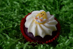 Returnera den gjorda easter muffin som dekoreras med det easter ägget Arkivbild