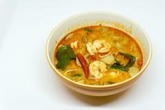 Returnera den gjorda flodräkan kryddig soppa i bunke eller Tom Yum Kung kryddigt thai för mat Med kopiera utrymme Royaltyfri Bild