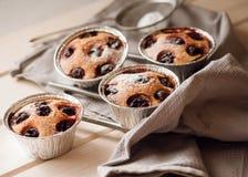 Returnera den gjorda körsbärsröda kakan med vanilj och florsocker Royaltyfria Foton
