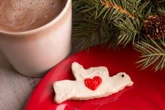 Returnera den gjorda kakan för julduvahjärta med varm choklad Arkivfoto