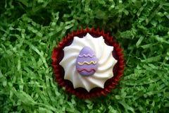 Returnera gjorda easter muffin som dekoreras med easter ägg Arkivfoton