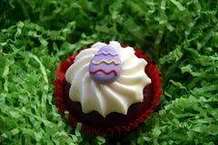 Returnera gjorda easter muffin som dekoreras med easter ägg Royaltyfria Foton
