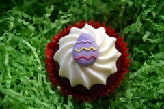 Returnera gjorda easter muffin som dekoreras med easter ägg Royaltyfri Fotografi