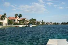 returnerar lyxigt siktsvatten för lakefronten Royaltyfri Fotografi