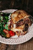 Reuben Sandwich på en lantlig bakgrund Royaltyfria Bilder
