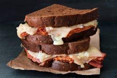 Reuben Sandwiches impilato contro un fondo scuro dell'ardesia Fotografie Stock Libere da Diritti