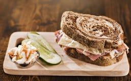 Reuben smörgås med den koschra dillknipan och kålsallad Arkivbild