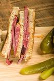 Reuben smörgås med dillknipor Arkivbild