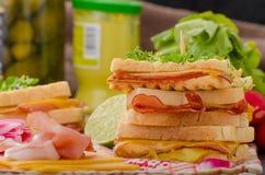 Reuben smörgås med kål, nötkött och den kryddiga dressingen Arkivbilder