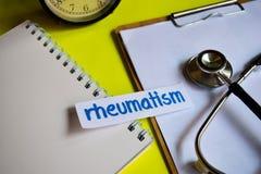 Reumatismo en la inspiración del concepto de la atención sanitaria con el fondo amarillo imagen de archivo