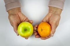 Reumatoïde artritishanden en vruchten Royalty-vrije Stock Fotografie