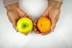 Reumatoïde artritishanden en vruchten Royalty-vrije Stock Afbeeldingen