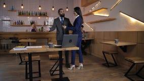 Reunião amigável de sócios comerciais confiados vídeos de arquivo