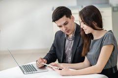 Reunião bem sucedida! Empresários novos sentando-se na tabela Foto de Stock
