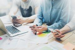 Reunião coworking da equipe da foto Grupo novo do homem de negócios que trabalha com projeto startup novo no estúdio Caderno mode Imagens de Stock Royalty Free
