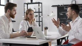 Reunião da discussão dos executivos do grupo ou o Team Work Plan no escritório criativo