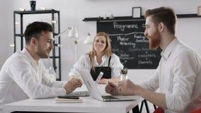 Reunião da discussão dos executivos do grupo para o sucesso Team Work Plan no escritório