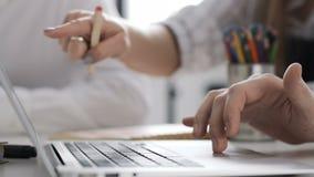 Reunião da discussão da unidade de negócio para Team Work Plan no portátil moderno do escritório