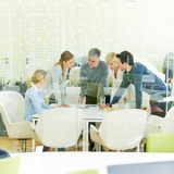 Reunião da equipe de consulta no escritório imagem de stock