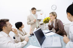 Reunião da equipe de funcionários no escritório foto de stock