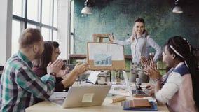 Reunião da equipe do negócio da raça misturada no escritório do sótão Gerente da mulher que apresenta dados financeiros, aplauso  filme