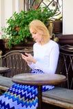 Reunião da espera da menina com amigos Arranje a nomeação na rede social Faça a nomeação Cara ocupada da mulher com smartphone imagens de stock royalty free