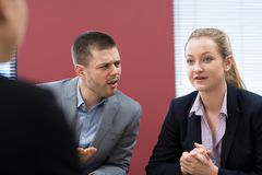 Reunião da mediação de And Businesswoman In do homem de negócios imagens de stock