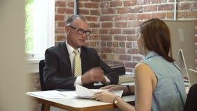 Reunião da mulher com o conselheiro financeiro no escritório filme