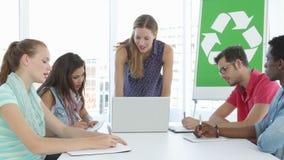 Reunião da mulher com os colegas sobre a conscientização ambiental vídeos de arquivo