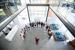 Reunião da posse do gerente com sua equipe fotos de stock
