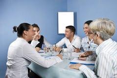 Reunião da unidade de negócio que tem o divertimento Fotografia de Stock Royalty Free