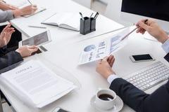 A reunião de analistas do negócio fecha-se acima imagens de stock royalty free