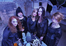 Reunião de bruxas das bruxas no altar Fotos de Stock