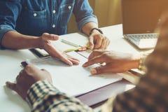 A reunião de colegas do negócio a empresa fornece estatístico fotografia de stock