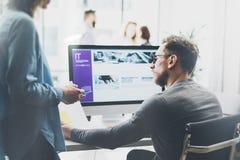 Reunião de Coworking Grupo novo do negócio da foto que trabalha com projeto startup novo Desktop na tabela de madeira Apresentaçã imagens de stock