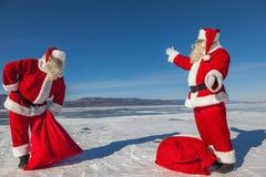 A reunião de dois Santa Clauses Fotografia de Stock Royalty Free