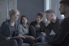 Reunião de grupo de apoio com psicólogo fotos de stock royalty free