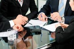 Reunião de negócio com trabalho no contrato foto de stock royalty free