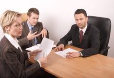 Reunião de negócio de 3 pessoas Fotografia de Stock Royalty Free