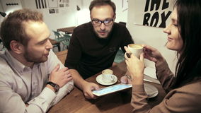 Reunião de negócio no café a equipe está usando a tabuleta filme