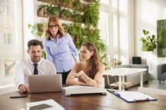 Reunião de negócio no escritório Grupo de executivos financeiros que conceituam no escritório fotografia de stock