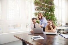 Reunião de negócio no escritório Grupo de executivos financeiros que conceituam no escritório foto de stock