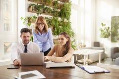 Reunião de negócio no escritório Grupo de executivos financeiros que conceituam no escritório imagens de stock royalty free