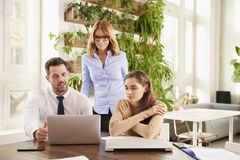 Reunião de negócio no escritório Grupo de executivos financeiros que conceituam no escritório imagem de stock