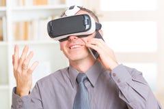 Reunião de negócios com os auriculares da realidade virtual fotos de stock