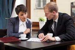 Reunião de negócios durante o tempo do café fotografia de stock